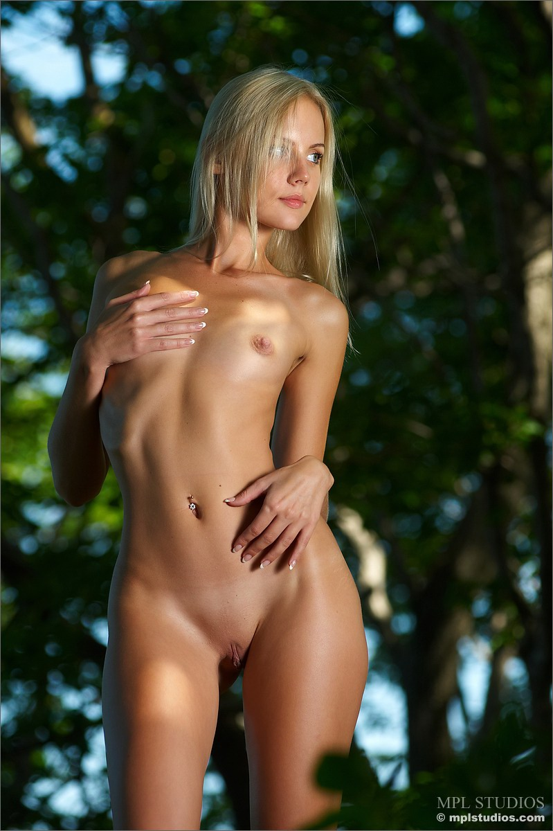 Blonde beauty Sarah has a perfect body