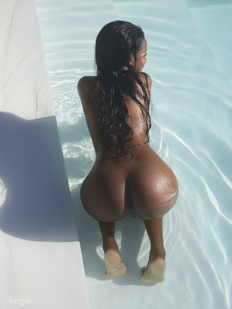 Black tight ass in the pool
