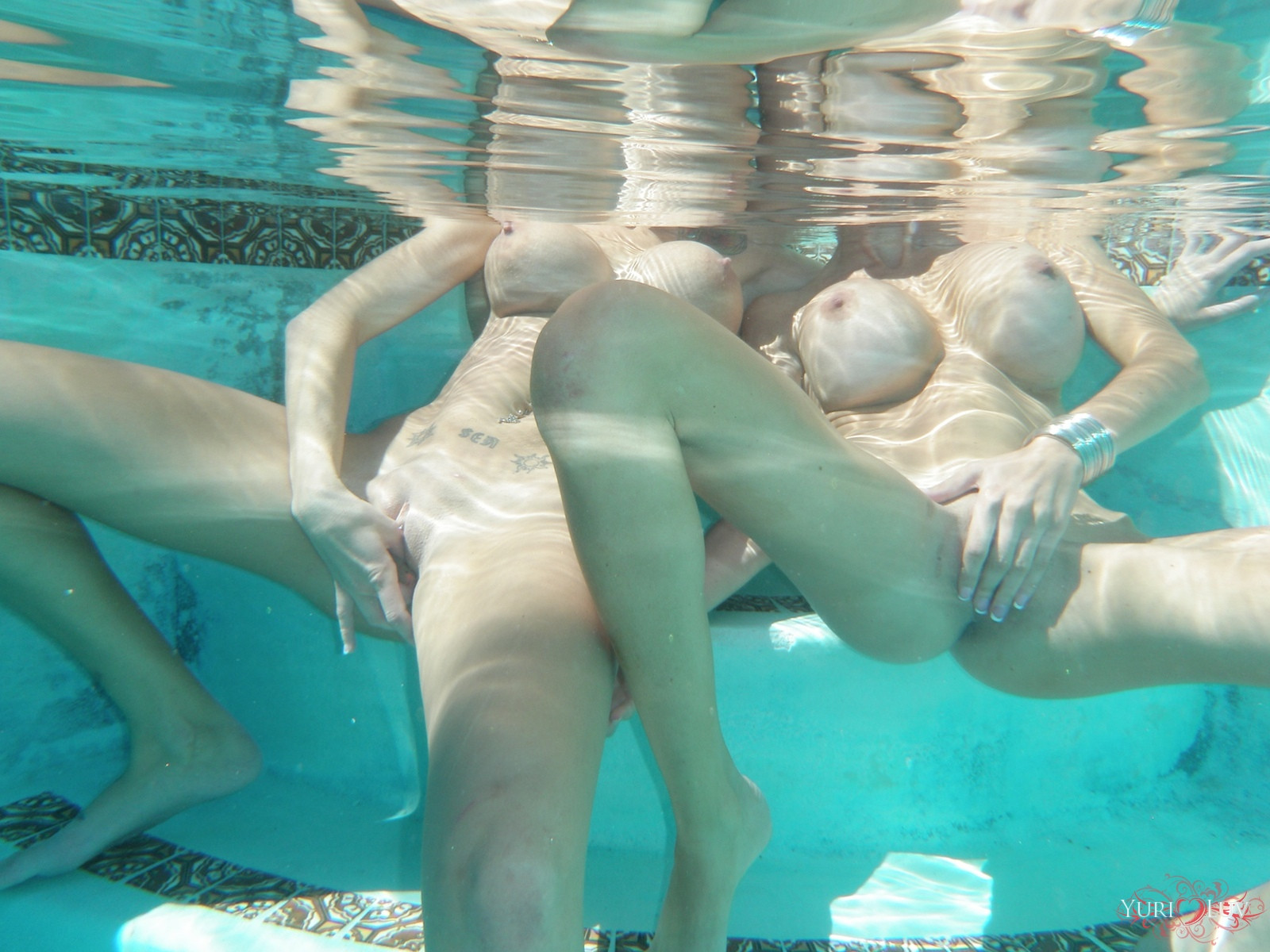 Lesbian sex under water — photo 4