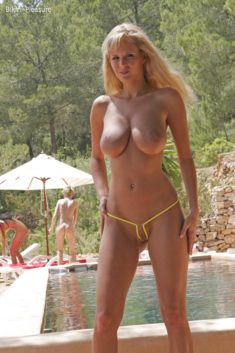 Big titted blonde beauty in sexy bikini